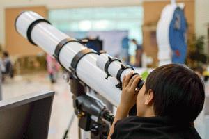 Bambino con telescopio