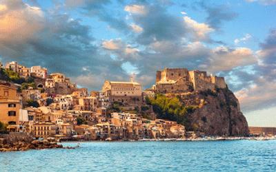 Scilla, Castello sulla roccia in Calabria durante il tramonto
